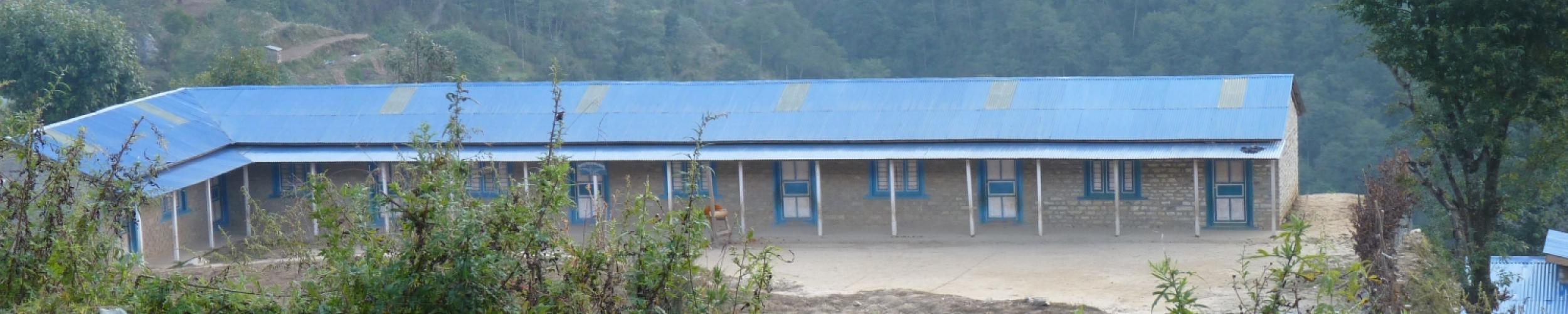 De school in Ang Pang voor de aardbeving in 2015